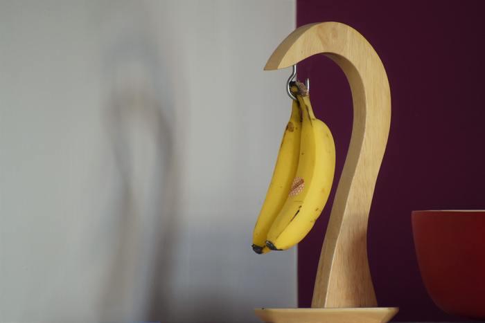 リーズナブルなお値段で入手できることから、私たちにとって最も身近な果物で、食べたいときサッとと皮をむいて食べられる「バナナ」。赤ちゃんの離乳食に用いられたり、スポーツ選手の手軽な栄養補給として取り入れられたりと、年齢や性別を問わず愛される定番のフルーツですよね。