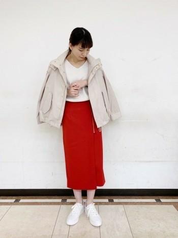 こちらはビビッドな赤のタイトスカートが、女性らしくて華やかな印象です。スカート以外のアイテムは全て淡い色でまとめることで、春らしくて爽やかな着こなしに。シンプルな装いに差し色をひとつ取り入れるだけで、トレンド感あふれるお洒落なコーディネートが完成します。