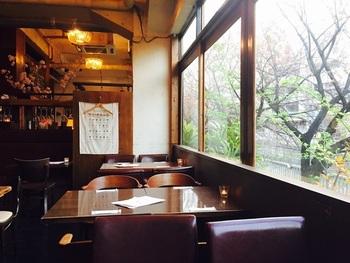 窓辺から目黒川の桜並木が覗ける席も♪ 暖かな春の陽射しを浴びながら、ほっこりカフェタイム。この上ない贅沢な時間です。  ユイットの前の桜は八重桜。目黒川沿いに咲くソメイヨシノよりも少し遅いので、ご注意くださいね。