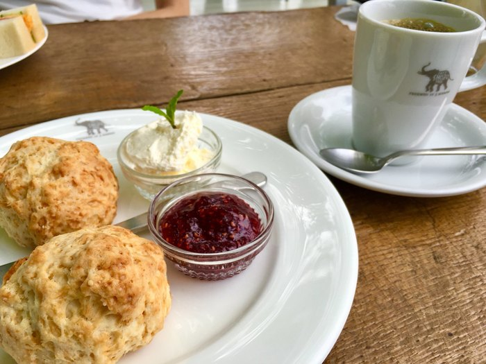 店内は広々としていてセンスのあるお洒落な雰囲気。ゆっくりと流れるBGMが心地よく、日々の疲れを忘れさせてくれる、非日常な静粛に包まれます。そして、何よりも嬉しいのが、こちらで出されるコーヒーやスコーンなどのメニューが全て美味しいこと。必ずまた訪れたくなる、また戻って来たくなる、そんな気にさせてくれるカフェなんです。