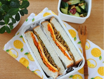 サンドイッチを作る前に、あらかじめお弁当箱のサイズを考慮に入れておくと、スムーズに詰めることができますよ。詰めたときのぱっと見の印象をイメージしてから、サンドイッチの切り方などを決めましょう。