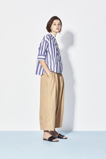 ボリューミーなバルーンパンツはこなれ感のある大人カジュアルに仕上げるのが今の気分。しっかりとした生地感で、裾にダーツが入ったシルエットの綺麗さがポイント。 ゆったりとした身幅のスタンドカラーシャツを合わせて、トレンドのビッグシルエットに。短めの丈はボリュームのあるボトムスとの相性ばっちりです。
