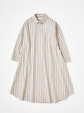 何かと便利なシャツワンピは、春先に一枚で着ても、もちろん羽織としても活躍してくれる着回し抜群のアイテムです。爽やかな印象を与える人気のストライプ柄は、ホワイトとブラックの2色展開。 パリッとした素材のシャツが自然と綺麗なAラインを表現してくれます。ボタンはマットな質感のものを使用するなど細部までにこだわりがある一枚です。