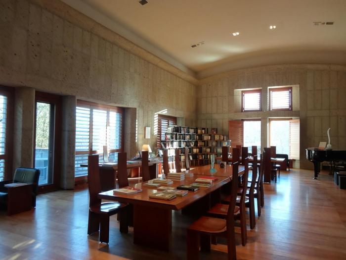 フロント横とレジデンス棟ホールには、文芸書や工芸書などが並ぶライブラリールームが…。宿泊客はいつでも本を借りることが可能なので、到着後は旅の疲れを癒しながら、お部屋やカフェでのんびり&ゆっくり読書タイム♪なんていうのはいかがでしょう。 また、アートビオトープ那須にはガラススタジオと陶芸スタジオが併設されていて、作る物によっては、思い立った時に体験することが出来るのもとても魅力的。世界に一つだけの自分で作ったオリジナル作品を、自分へのおみやげにするというのも、なんだか素敵ですね。 ホテルの裏手には小川が流れるスポットなどもあるので、散策を楽しむというのもおすすめです。