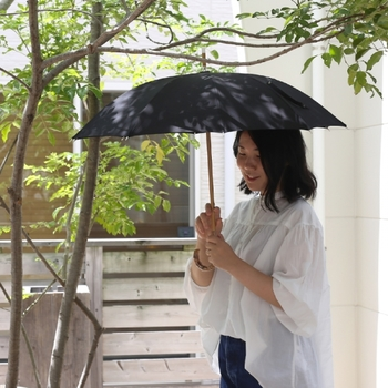 晴雨兼用の傘はブラックとグレーの二色展開。ベーシックな色合いだから、どんな服装やシーンにも合わせやすい。