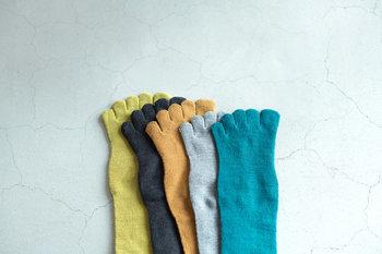 カラフルな靴下は、内側をシルク、外側をコットンで編まれた機能的な五本指ソックスです。汗を吸ったり、蒸れを解消してくれる効果が期待できます。