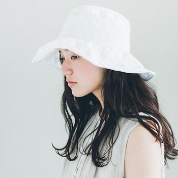 ふわりと被れば、顔周りや紙を日差しから守ってくれる帽子。爽やかな色合いが涼し気です。広めのつばですが、ワイヤーが入っているので、自然に形を整えることができます。