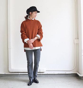 王道のストレートパンツは、大人カジュアルのコーディネートにはぴったりのアイテムです。少し洗いざらした黒デニムはワンランク上のおしゃれを叶えてくれます。ゆるっとしたトップスにインナーのシャツの襟を出すことできちんとした印象に。
