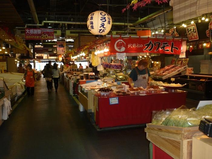 敦賀港の近くにある【日本海さかな街】は、海鮮系のお店が約70店舗も軒を連ねる巨大な海鮮市場。観光客も気軽に食事やお土産探しを楽しめる、アットホームな雰囲気が魅力です。