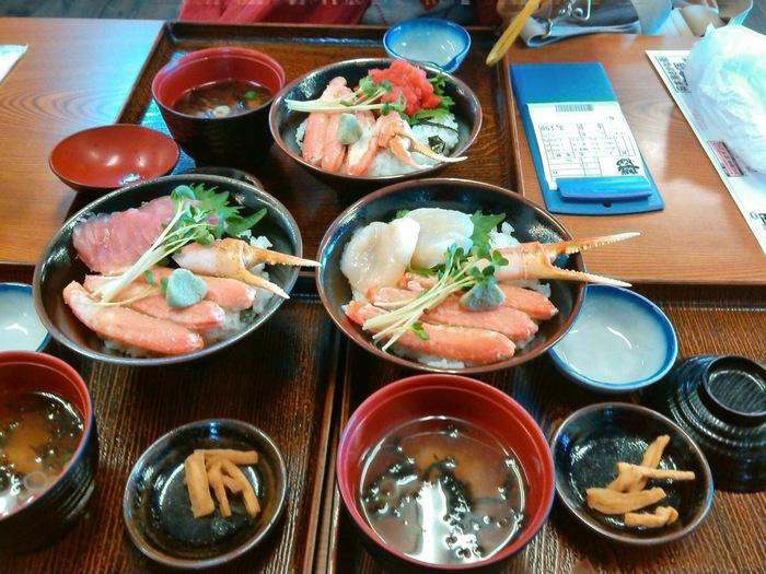 海鮮丼・握り・焼き物からスイーツまで、とにかくメニューが盛りだくさん!しっかりお腹を空かせておいて、いろんなお店の味を堪能して下さいね。