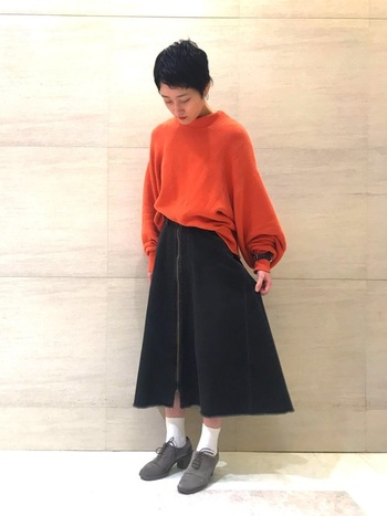 黒デニムのスカートには、きれいなAラインのフレアスカートもあります。ビビッドなトップスを軽くインして着こなすことで大人カジュアルが演出できます。