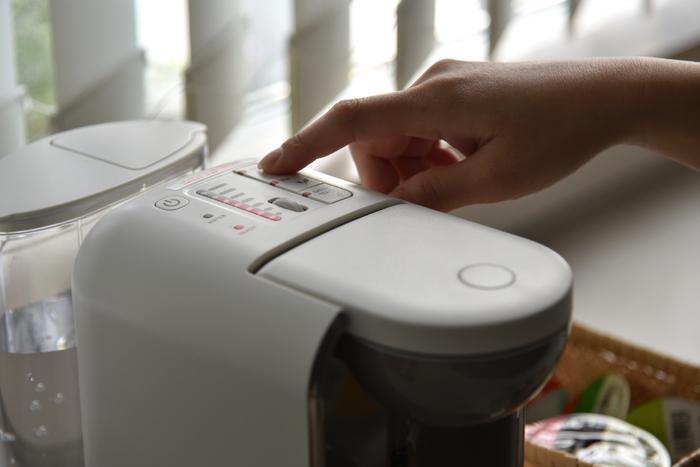 『DRIP POD』は使い方もとても簡単。タンクに水を入れて電源ボタンを押すだけで準備は完了です。あとはカプセルをセットして、湯量を設定し、抽出ボタンを押すだけ。このお手軽さも家で本格コーヒーを楽しむには嬉しいポイント。MIさんも、「使い始めのうちは、電源スイッチを入れてからコーヒーが出てくるまでの時間が短くていつも驚いていました。インスタントコーヒーを用意するよりも早く、こんなに美味しいコーヒーが楽しめるなんて感動もの。」と、『DRIP POD』の使いやすさを高く評価しています。