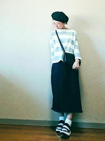 スカートを黒デニム素材にすることで、ベレー帽やメガネなどの小物使いが際立ちます。ボーダーのシャツをライトグレーにすることで、ほどよい大人の雰囲気を出してくれます。