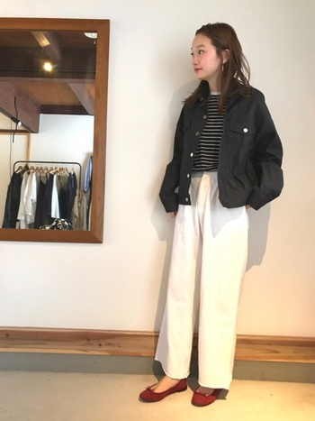 黒デニムジャケットは、真っ白いワイドパンツを引き立てます。くっきりとしたコントラストは、シックな雰囲気で大人のカッコ良さを演出してくれます。