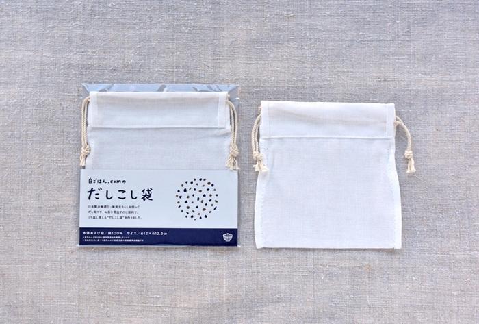期間限定で、くり返し使える『だしこし袋』付きのセットも。 だしこし袋は日本製で無漂白、無蛍光さらしを使ってるので小さなお子様がいる家庭でも安心です。お茶を煮出すのにも◎。
