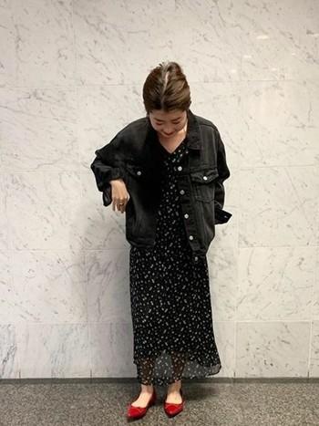 小花柄のふわっとしたワンピースに黒デニムのジャケットを合わせて、カジュアルの中にも上品さをプラスしましょう。赤色の足元は全体の雰囲気をまとめてくれます。