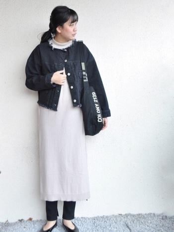 ノーカラーの黒デニムジャケットは、やわらかく女性らしい着こなしを楽しめます。中にはフェミニンなワンピースを重ねてみましょう。パステルカラーもオススメです。足下にレギンスを合わせることで、全体のバランスが引き締まります。