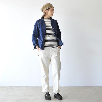 ホワイトパンツやボーダーなどのマリンスタイルとデニムジャケットの相性は抜群。定番のテーパードパンツは、コンパクトなジャケットスタイルと合わせてもすっきりとした印象に見せてくれます。
