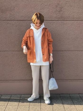 シンプルなパーカーには、派手色のデニムジャケットを合わせてみましょう。今流行りのホワイト系ワントーンコーデも、カラーアウターを羽織ることで、引き締まって見えます。少しダボッとしたオーバーサイズなジャケットを羽織ることで、メンズライクさが増しますね。