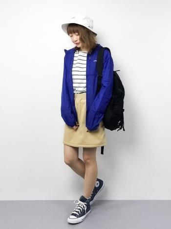 こちらは鮮やかなブルーのマウンテンパーカーに、上品なベージュのスカートを合わせた爽やかなカジュアルコーデ。パンツにもスカートにも合わせやすいパタゴニアのマウンテンパーカーは、フェミニンからボーイッシュな着こなしまで幅広いコーディネートに活躍してくれます。