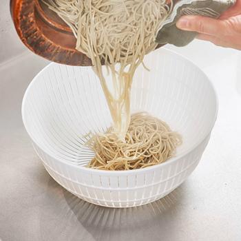 網目につまってしまった汚れは、裏側から勢いよく水を当て、ブラシでこすると、きれいに汚れが落ちます。しっかりと乾かして仕舞いましょう。