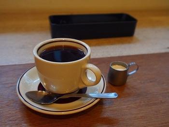 さて、気になるコーヒーは、芳醇な香りが印象的です。「苦み」、「酸味」というようなわかりやすい「味」だけでは語れない、しっかりとした豊かな香り。  その香りはカップにたっぷりと注がれたコーヒーから漂い、手元にサーブされた瞬間から最後まで、思わず大事に飲みたくなるような一杯です。