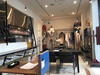 それもそのはず、お店の中のオブジェや家具、さらにはスタッフの洋服まで、アーティストの亀田克佳(かめだかつよし)氏の手掛けた作品。  それらをまるごと展示・販売する空間でおいしいコーヒーや食事を楽しめるんです。  そのため、店内にはフィッティングルームまであるんですよ♪