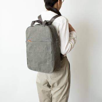 スイスのQWSTION(クエスション)というブランドは、機能性と構造の研究を進め、シンプルでありながらスタイリッシュという美しいデザインを開発しました。真面目な手提げスタイルと、機動性の高いリュックスタイルの2WAYバッグです。