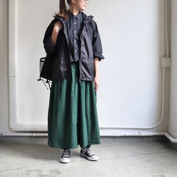 ノースフェイスのスタイリッシュなマウンテンパーカーは、フレアスカートを主役にしたフェミニンコーデの引き締め役にも◎。シャツ×スカートの女性らしいスタイルも、シックな黒のアウターを合わせることで甘くなりすぎず、シックで大人っぽい印象に仕上がります。