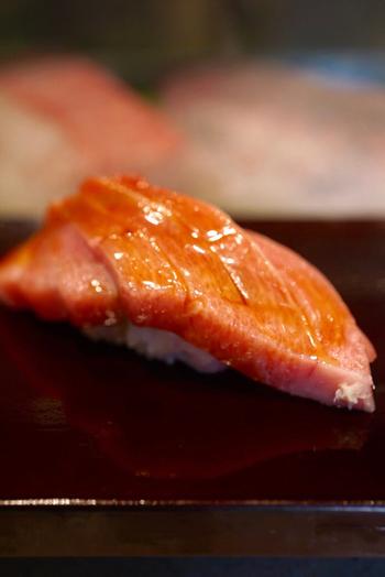 築地では常に長い行列ができる有名店だった大和寿司。昔から人気でしたが、海外でもその名が知られるようになったことでお客さんの約9割が外国人となり、一層行列のできる店となっていました。