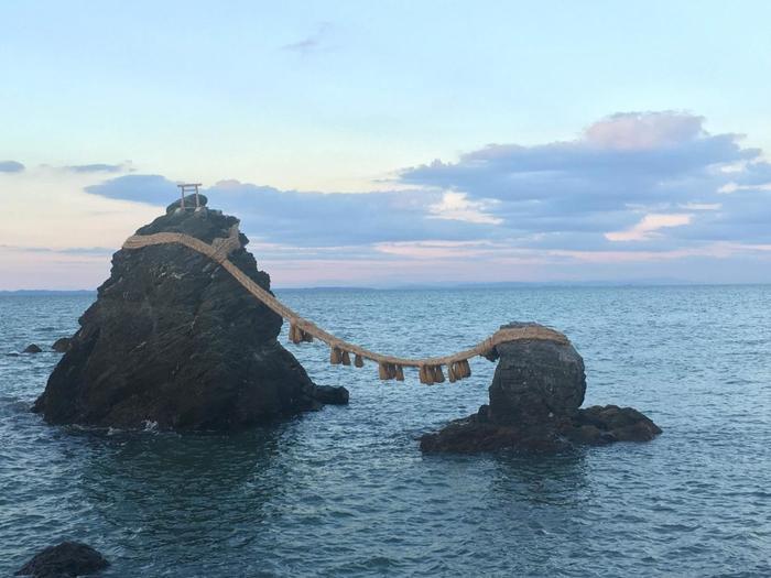 伊勢に訪れたら、伊勢神宮とあわせて訪れたいのが夫婦岩が有名な二見興玉神社(ふたみおきたまじんじゃ)。寄り添うような二つの岩は、長さ35mに及ぶ大しめ縄で結ばれ、鳥居の役割も果たしているのだとか。確かに、鳥居のように見えますね。