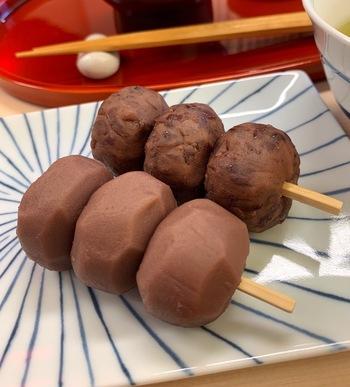 有機質の土壌で育った最高級の北海道十勝産の小豆を使用し、お餅の食感の決め手となる上新粉もこしひかりを中心とした国産米のみを使った自家製。 つぶ餡とこし餡は甘すぎず、食べると口の中に小豆の風味がふわりと広がります。