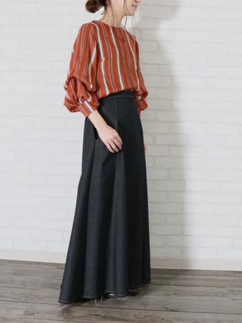 ふわっとした女性らしさを引き立てるビショップスリーブと黒デニムのロングスカートはメリハリのある素敵な着こなしです。少しハードに思える黒デニムのロングスカートも、トップスのシルエットを工夫することでチャレンジしやすくなります。