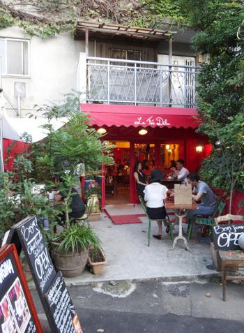 キャットストリートのすぐ裏手にある、フランス北部の家庭料理・ガレット(蕎麦粉のクレープ)の店。夜は、シードルを片手に、賑やかに食事をするフランスの人びとをよく見かけます。