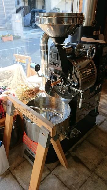 住宅街のなかに佇む、知る人ぞ知るお店。入り口に見える大きな焙煎機を目指して、ぜひ訪れてみてくださいね。