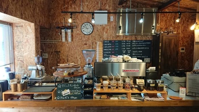 男前なインテリアがかっこいい店内。お客さんとのほどよい距離感を大事にしてくれる雰囲気で、じっくり落ち着いて自分好みのコーヒー選びができますよ。