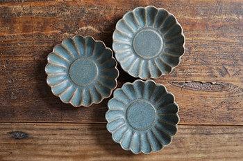 花弁1枚ずつが、弧を描く丸みのある形が特徴です。花弁の形がくっきりとしているので、1枚あるだけでもとても華やかな印象です。また、輪花皿にも「菊型」「梅型」など様々な種類があります。