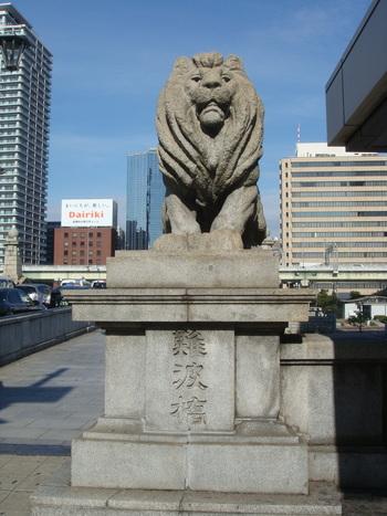 難波橋のすぐ近くに位置する石造りのライオン像が目印です。土佐堀川が流れる難波橋はライオン像がアイコンとなっており、「ライオン橋」という愛称で親しまれています。