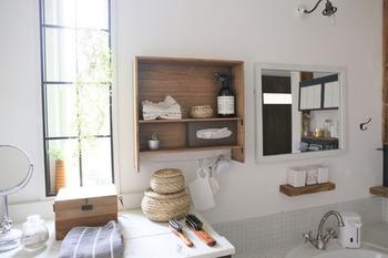なんとこちらの鏡の横に取り付けられたシェルフは、セリアの板8枚で作ったもの。小さな洗面所にも設置しやすいサイズですね。  オイル仕上げで風合い良く仕上げるのがポイントです。  下にワイヤーを通してあるので、吊り下げ収納やタオルを掛けて使いやすそう。