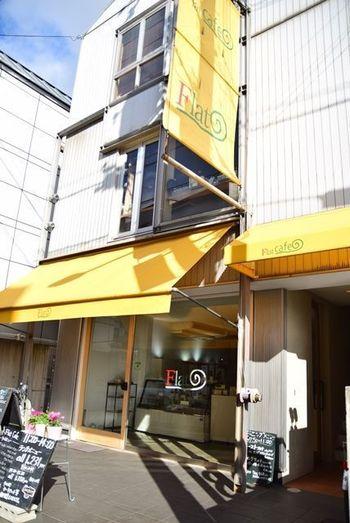 大阪モノレール・少路駅からバスで10分ほどの地元の人からも人気のある二階建てのカフェです。閑静な住宅地の近くにありますが、一人でティータイムをくつろぐ女性の姿が目立ちます。