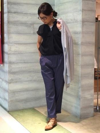 メンズライクな黒シャツ×ネイビーパンツの組み合わせも、ジャストサイズやテーパードラインなどシルエットを意識することで、オフィスカジュアル仕様に。スキッパーシャツの襟元からインナーを覗かせた着こなしも◎