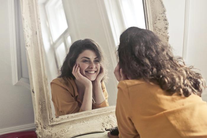 鏡を見ながら、笑顔を意識的に作った時の口元や目元をチェックしてみてください。客観的に自分の顔を見てみると、細かな表情筋の使い方がわかってきますよ。