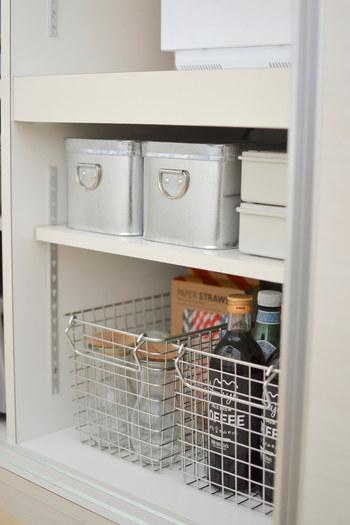 キッチンの棚収納にワイヤーバスケットを活用。中身が見えるから、何を入れているのかすぐにわかるから便利です。高さが揃わない調味料を入れても統一感が出てスッキリ見えます。