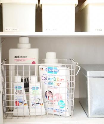 洗濯洗剤や柔軟剤など、何かと物が多くなりがちな洗濯機周り。ワイヤーバスケット一つにまとめてすっきりと。