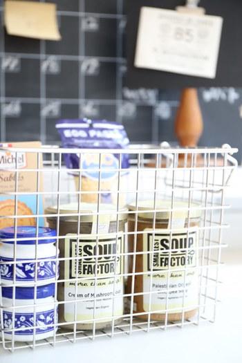パッケージのかわいい調味料や食品など、ワイヤーバスケットで飾りながら収納するもの素敵です。パスタソースとパスタなど関係する食品をまとめても。