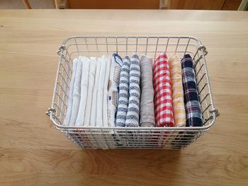 キッチンクロスやランチョンマットなど、キッチン周りの布をまとめて置くのも素敵です。