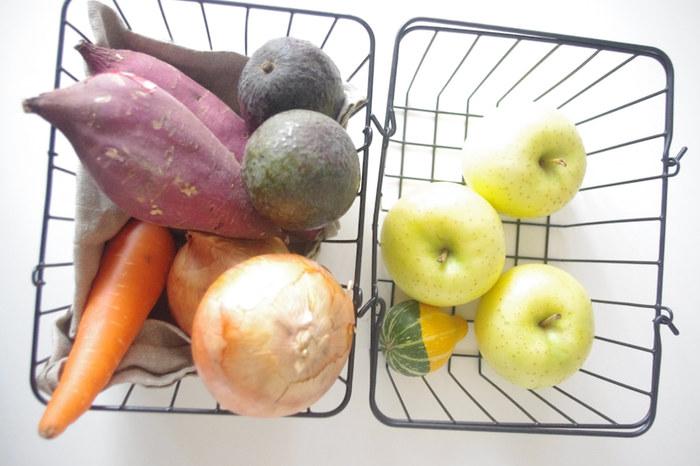キャンバス地や天然素材のカゴでの収納が多い野菜たちも、ワイヤーバスケットで収納すればなんだかディスプレイのよう。お野菜や果物が傷付かないように、布を敷いても。