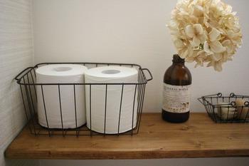 トイレットペーパーのストックなど、そのまま置いてもいいけれど、ワイヤーバスケットに入れるとちょっとオシャレに見えるから不思議です。トイレの印象が変わりそう。