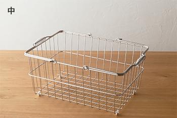 取っ手が付いたシンプルなワイヤーバスケットです。洗濯物を入れたり、お掃除道具を入れたり・・・持ち運びしやすいメリットを生かして使いたい。