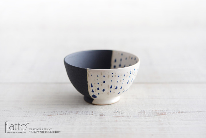 繊細な雫模様と黒い釉薬のコントラストが美しい「掛け分け小鉢」は、信楽を拠点に活躍する陶芸作家・安田 宏定(やすだ ひろさだ)さんが手掛ける「白釉四季彩」シリーズの器です。シックで洗練されたデザインがおしゃれな小鉢は、副菜はもちろんのこと、フルーツ・ヨーグルト・スイーツなど和洋問わず幅広く使用できます。
